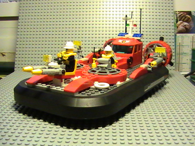 Légo city n°7944 de 2007 - L'hovercraft des pompiers
