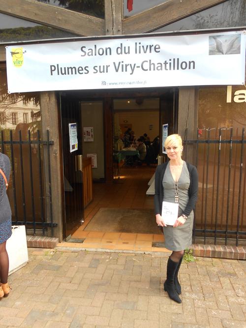 """Cathy Bohrt à l'entrée du salon """"Plumes"""" à Viry-Chatillon"""