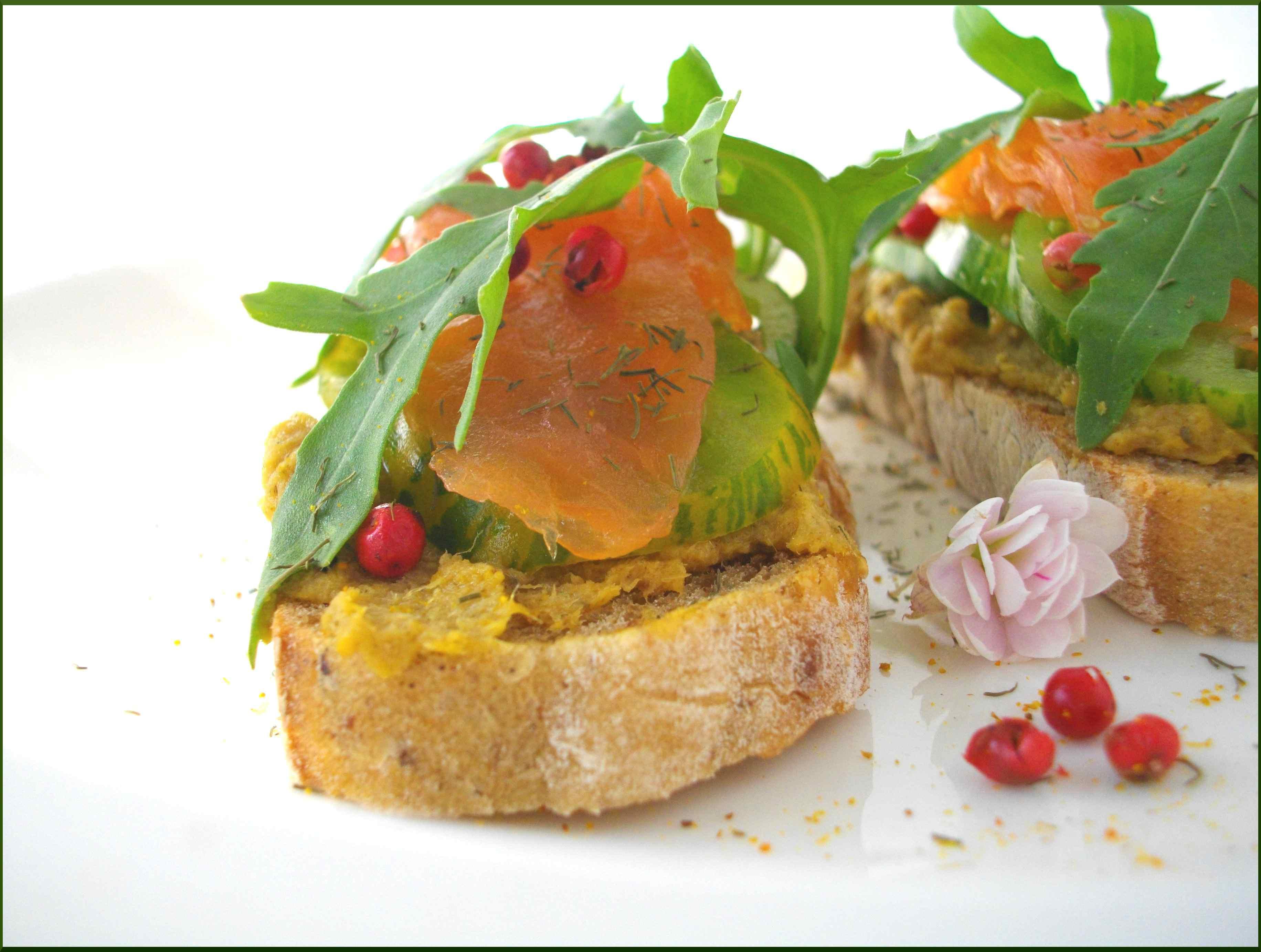 Crostinis de Pain des Canuts au Saumon, Curry, Tomates Vertes et Baies roses...
