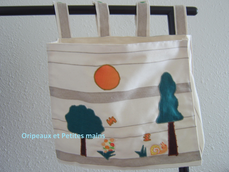 Pochette rectangulaire en toile légère tons écru et marron clair, décorée d'appliqués arbres, fleur, brins d'herbes, et escargot.