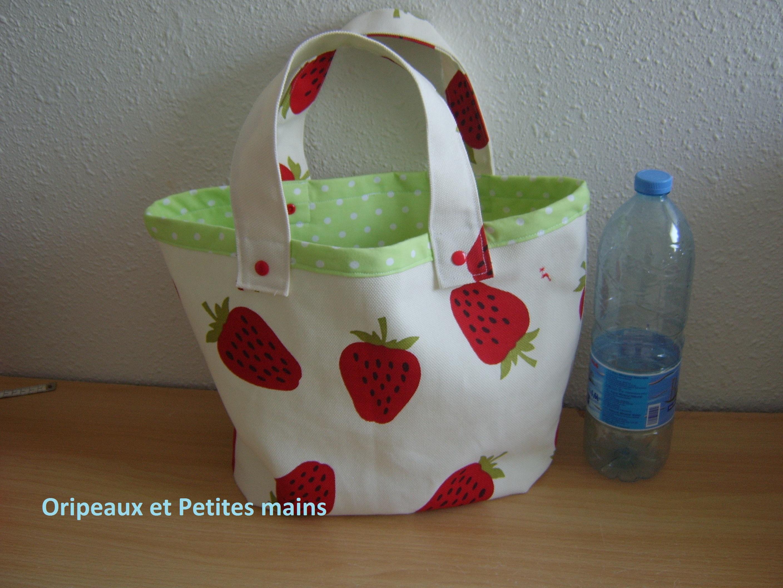 Cabas en toile très épaisse tons blanc cassé et imprimé de jolies fraises rouge, doublé d'un jersey vert à pois blancs