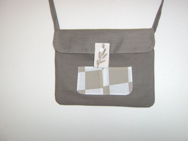 Besace coupe rectangulaire, kaki doublée de conton imprimé blanc et kaki à gros carrés.